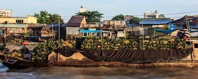 芹苴市,越南, 2017年6月1日:菠萝在小船的卖主骑马在浮动市场在Hau河, distributar的方向 免版税图库摄影