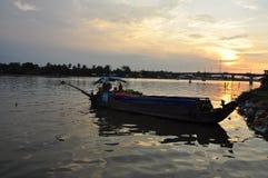 芹苴市,越南 在湄公河的小船由日落 免版税图库摄影