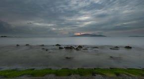 芽庄市海湾喜怒无常的日出天空越南 免版税库存图片