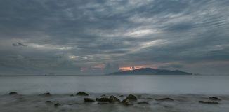 芽庄市海湾喜怒无常的日出天空越南 免版税库存照片