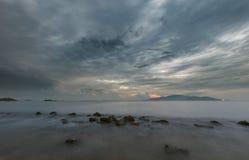 芽庄市海湾喜怒无常的早晨天空越南 免版税库存图片