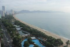 芽庄市,越南- 2015年7月12日:对海滩的好的看法 库存照片