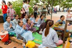 芽庄市,越南- 2017年9月25日:祈祷在Po Nagar可汗附近寺庙的香客耸立 祈祷的妇女  免版税图库摄影