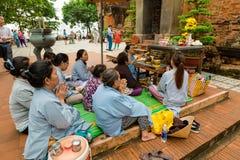 芽庄市,越南- 2017年9月25日:祈祷在Po Nagar可汗附近寺庙的香客耸立 祈祷的妇女  免版税库存照片