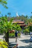 芽庄市,越南- 2019年4月13日:长的儿子塔在有菩萨和热带树雕象的芽庄市  免版税图库摄影