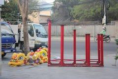 芽庄市,越南- 2016年2月15日:在期间,未认出的人民跳舞与中国狮子在公司区 免版税库存图片