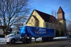 芽教会停放的低度黄啤酒卡车 库存图片