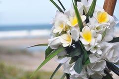 芽杏仁奶油饼&罗斯新娘花束在海滩的 免版税库存图片