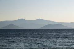 苍白山脉在蓝色海洋 免版税库存图片
