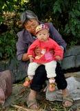 苍白Jia,中国: 祖母和婴孩 库存图片