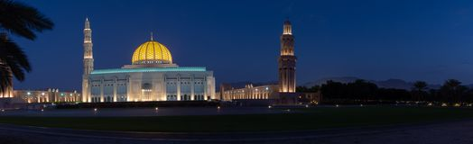 苏丹卡布斯盛大清真寺全景在晚上 免版税库存照片