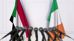 苏丹和爱尔兰的旗子在国际会议或交涉新闻招待会 3D动画 股票视频