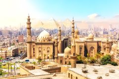 苏丹哈桑和在背景的金字塔,开罗,埃及美丽的景色清真寺Madrassa  免版税库存图片