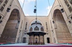 苏丹有洗净液喷泉和巨大的曲拱的,开罗,埃及哈桑清真寺庭院  库存图片