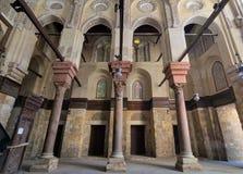 苏丹有石专栏和色的污迹玻璃窗的,开罗,埃及Qalawun清真寺内部  免版税库存照片