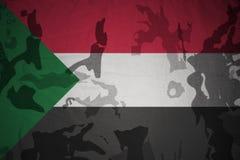 苏丹的旗子卡其色的纹理的 装甲攻击机体关闭概念标志绿色m4a1军用步枪s射击了数据条工作室作战u 免版税库存照片