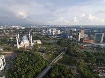 苏丹萨拉赫丁省阿卜杜勒・阿齐兹Shah清真寺和周围的大厦 位于莎阿南,雪兰莪,马来西亚 免版税图库摄影