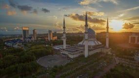 苏丹萨拉赫丁省阿卜杜勒・阿齐兹Shah清真寺,莎阿南,雪兰莪,在日落期间的马来西亚 免版税库存照片