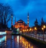 苏丹阿哈迈德蓝色清真寺在晚上 伊斯坦布尔,土耳其 库存图片