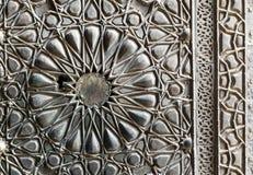 苏丹Barkouk清真寺的古铜板材华丽门的装饰品 免版税库存照片