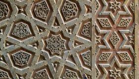 苏丹Qalawun清真寺,老开罗,埃及的古铜板材门的装饰品 库存图片