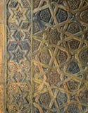 苏丹Qalawun清真寺,老开罗,埃及的古铜板材门的装饰品 库存照片