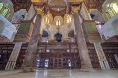 苏丹Qalawun陵墓有在华丽大理石墙壁埋置的装饰的五颜六色的大理石适当位置米哈拉布的,开罗,埃及 免版税图库摄影