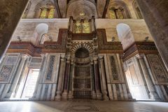 苏丹Qalawun陵墓有在华丽大理石墙壁埋置的装饰的五颜六色的大理石适当位置米哈拉布的,开罗,埃及 免版税库存照片
