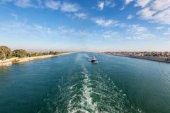 苏伊士运河在埃及 拖轮伴随船 免版税库存图片