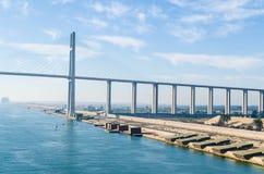 苏伊士运河,埃及2017年11月5日:苏伊士运河桥梁,亦称Al Salam桥梁 库存照片