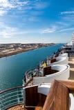 苏伊士运河-有游轮的一艘船护卫舰通过新 免版税库存照片