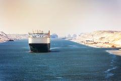 苏伊士运河-船护卫舰穿过新东部前 免版税库存图片
