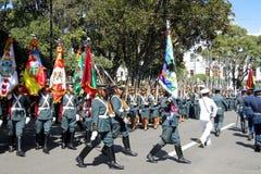 苏克雷,玻利维亚的首都, - 2016年8月6日:通过苏克雷,玻利维亚的中心标记的军事游行 免版税库存图片