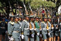 苏克雷,玻利维亚的首都, - 2016年8月6日:通过苏克雷,玻利维亚的中心标记的军事游行 免版税库存照片
