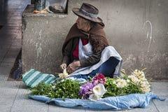 苏克雷,玻利维亚- 2017年8月07日:未认出的玻利维亚的卖主在主要市场上在苏克雷 免版税库存图片