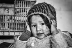 苏克雷,玻利维亚- 2017年8月07日:未认出的玻利维亚的孩子在主要市场上在苏克雷 免版税库存照片