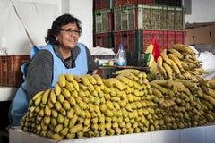 苏克雷,玻利维亚- 2017年8月07日:果子的未认出的玻利维亚的卖主失去作用在主要市场上在苏克雷 免版税库存照片