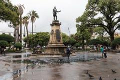 苏克雷, BOLIWIA - 2018年2月08日:大广场和雕象 库存照片