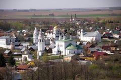 苏兹达尔老历史的俄国镇-金黄圆环游人安置顶视图 免版税图库摄影