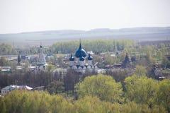 苏兹达尔老历史的俄国镇-金黄圆环游人安置顶视图 免版税库存照片