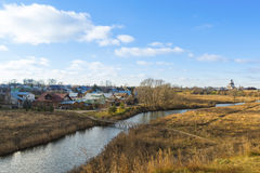 苏兹达尔,俄罗斯-06 11 2015年 与河Kamenka的风景 旅行的金黄圆环 图库摄影