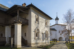 苏兹达尔,俄罗斯-06 11 2015年 修道院细胞和圣Euthymius修道院疆土的门教会在苏兹达尔 库存照片
