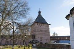 苏兹达尔,俄罗斯-06 11 2015年 停放在圣Euthymius修道院疆土在苏兹达尔 俄罗斯旅行金黄圆环  库存照片
