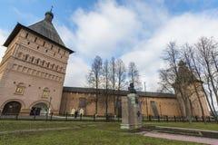 苏兹达尔,俄罗斯-06 11 2015年 在正方形的德米特里Pozharsky纪念碑在苏兹达尔的前面圣Euthymius修道院被修建了16世纪 免版税库存图片