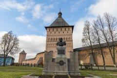 苏兹达尔,俄罗斯-06 11 2015年 在正方形的德米特里Pozharsky纪念碑在苏兹达尔的前面圣Euthymius修道院被修建了16世纪 库存图片