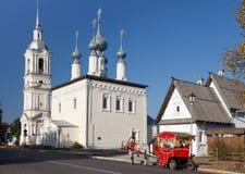 苏兹达尔,俄罗斯- 2014年9月19日:上帝的母亲的斯摩棱斯克象的教会有belltower的 苏兹达尔 俄国 免版税图库摄影