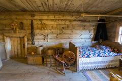 苏兹达尔,俄罗斯- 2015年11月06日 农民房子内部博物馆木建筑学的 库存图片