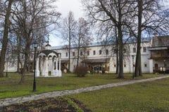 苏兹达尔,俄罗斯-06 11 2015年 祭坛上的天盖和修士的cellsat圣Euthymius修道院在苏兹达尔 俄罗斯旅行金黄圆环  图库摄影