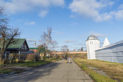 苏兹达尔,俄罗斯-06 11 2015年 老街道Pokrovskaya 俄罗斯旅行金黄圆环  免版税库存照片