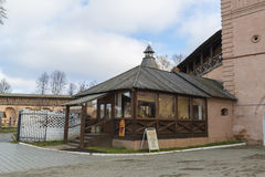 苏兹达尔,俄罗斯-06 11 2015年 薄煎饼咖啡馆在苏兹达尔的圣Euthymius修道院里 俄罗斯旅行金黄圆环  库存图片